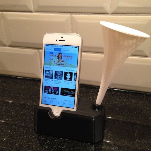 IMG_3014_display_large.jpg Download free STL file Iphone 4, 4S, 5 and 5S stand with speaker / horn • 3D printing object, Cerragh